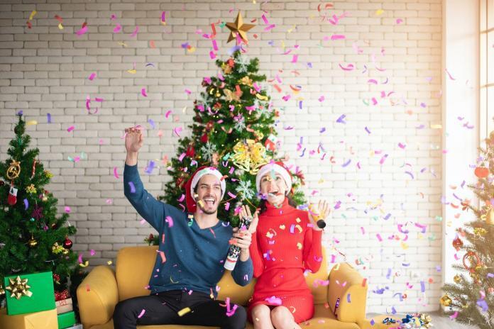 Paar feiert unter dem Weihnachtsbaum
